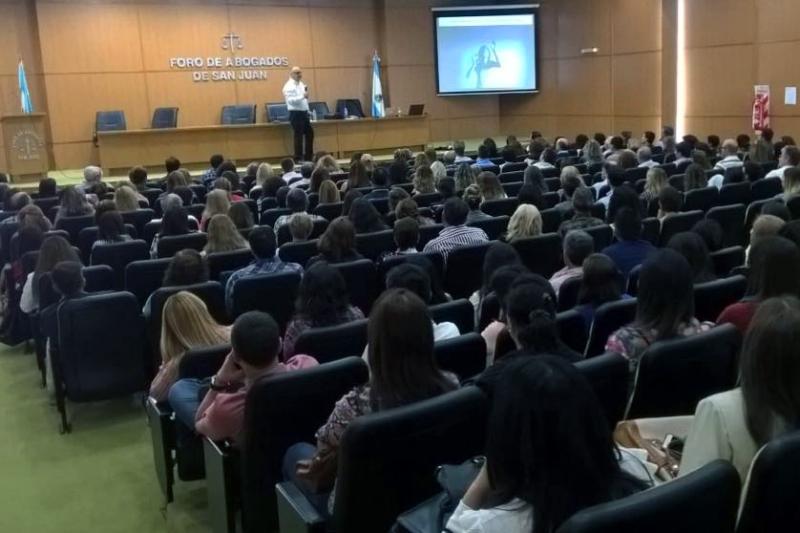 La Magia del Lenguaje, conferencia abierta a la comunidad realizada en el Foro de abogados de la ciudad de San Juan, Argentina.